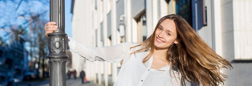 Modelo rubia con cabello largo y blusa para ilustrar el artículo sobre Cómo hacer que el pelo crezca más rápido.