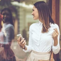 Una mujer y la amiga sonriendo